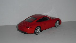 Porsche 911 (991) Carrera S , escala 1/43 , de la marca Welly , color rojo .
