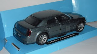 Chrysler 300 C , escala 1/32 de New Ray .