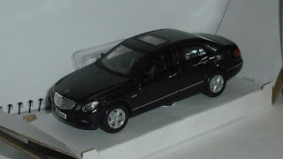 Mercedes Benz Clase E350 de 2009 , escala 1/34-39 , de la marca Welly .