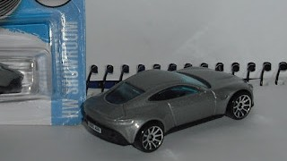 Aston Martin DB 10 , escala 1/64 de Hot Wheels .