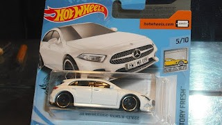 Mercedes Benz A Class de 2019 , escala 1764 de Hot Wheels .