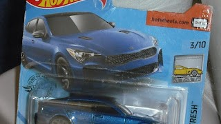 Kia Stinger de 2019 , escala 1/64 de Hot Wheels .