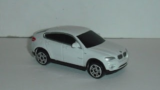 BMW X6 , escala 1/64 , color blanco de Maisto .
