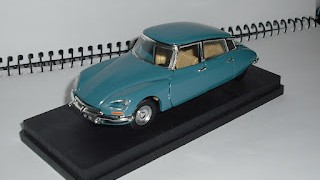 Citroen DS 21 , Luces triangulares , escala 1/43 de la marca Rio .