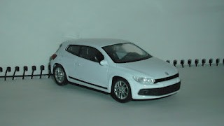 Volkswagen Scirocco , escala 1/43 , color Blanco , de la marca Welly .