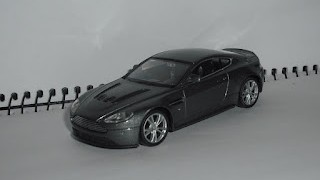 Aston Martin V12 Vantage , color gris , escala 1/43 , de la marca Welly .