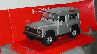 Land Rover Defender , escala 1/36 , mas o menos , de la marca Welly ..