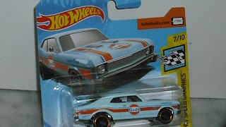 Chevrolet Nova de 1968 , pintado de Gulf , escala 1/64 de Hot Wheels .