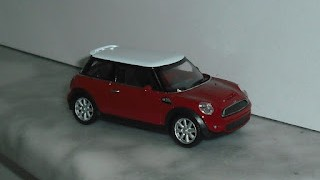 Mini Cooper S , escala 1/43 de la marca Welly .
