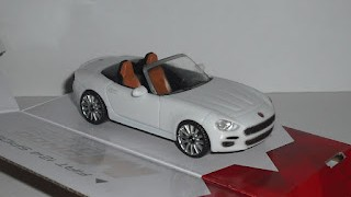 Fiat 124 Spider actual , escala 1/43 , de la marca Mondo Motors .
