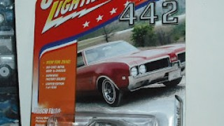 Oldsmobile Cutlass 1969 , escala 1/64 de la marca Johnny Lightning .