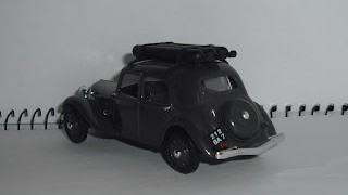 Citroen Traction 11 Légère 1941 , escala 1/43 de Universal Hobbies .